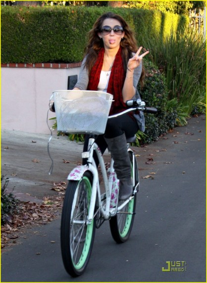 miley-cyrus-bike-ride-neighborhood-11